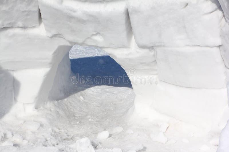 Entrée à la construction de neige d'un igloo photo stock