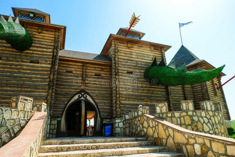 Entrée à la forteresse en bois avec les tours fabuleuses Parc d'attractions ethnique de famille Kudykina Gora photographie stock libre de droits