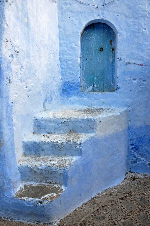 Entrée à la maison avec la petite porte bleue dans Chefchaouen morocco images stock