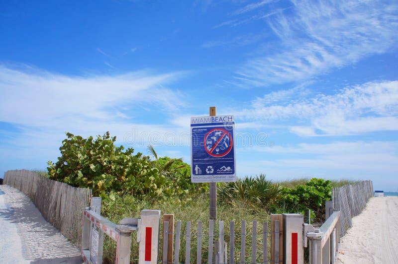Entrée à la plage du sud de Miami, Etats-Unis images libres de droits