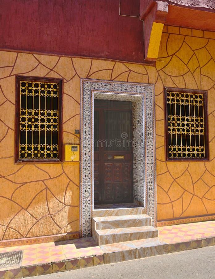 Entrée à un bâtiment résidentiel avec une porte et des fenêtres d'entrée, faites dans le style des traditions marocaines d'art photographie stock libre de droits