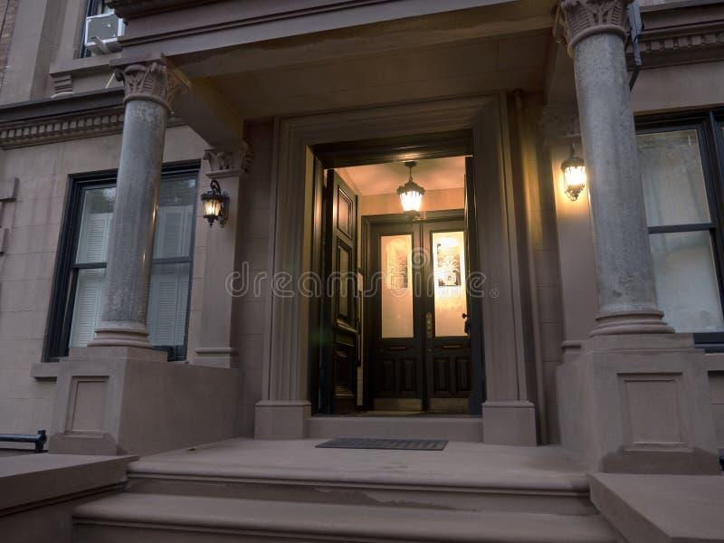 Entrée à un bâtiment résidentiel de luxe photographie stock libre de droits