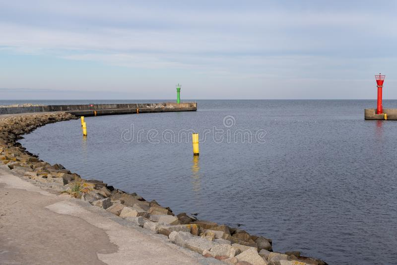 Entrée à un petit port de pêche par la mer Côte en Eu central photographie stock