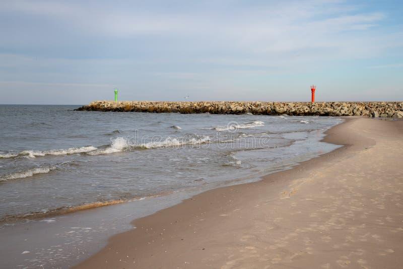 Entrée à un petit port de pêche par la mer Côte en Eu central photos stock