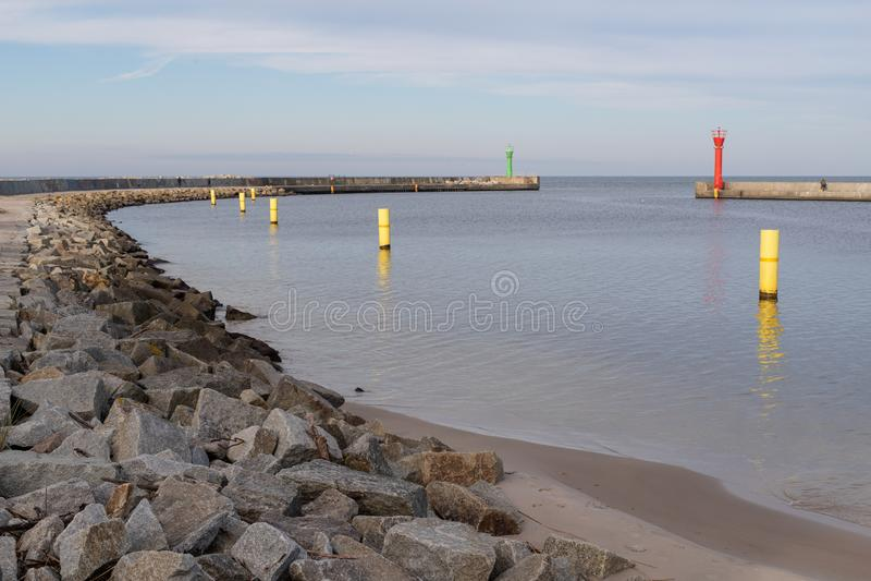 Entrée à un petit port de pêche par la mer Côte en Eu central image libre de droits