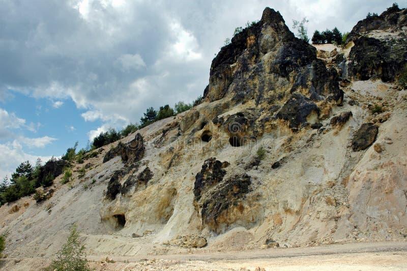 Entrée à une mine d'or de la période romaine. Rosia Montana, Roumanie images stock