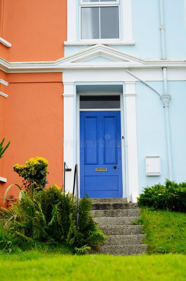 Entrée élégante à un bâtiment résidentiel, un facad intéressant photos libres de droits