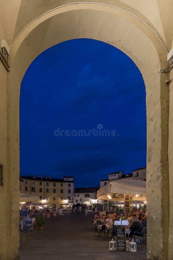 Entrée arquée au ` Anfiteatro pendant l'heure bleue, Lucques, Toscane, Italie de vallon de Piazza image stock