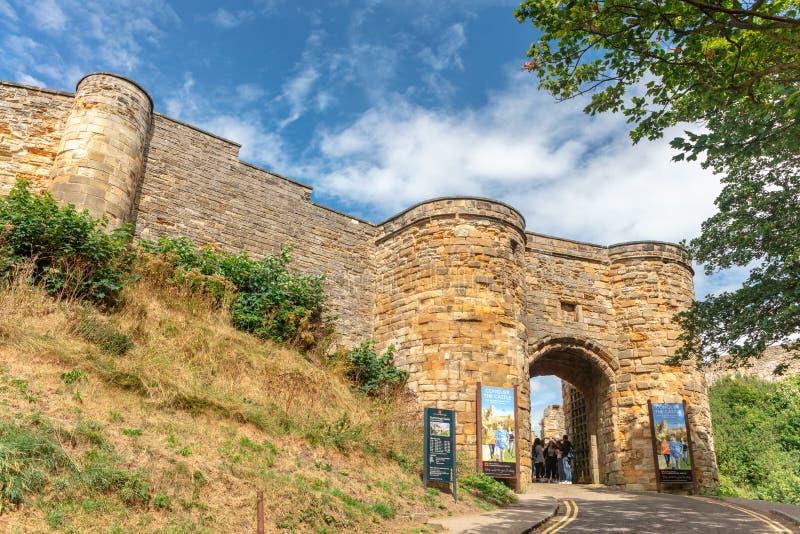 Entrée arquée dans les murs médiévaux du château de Scarborough images libres de droits