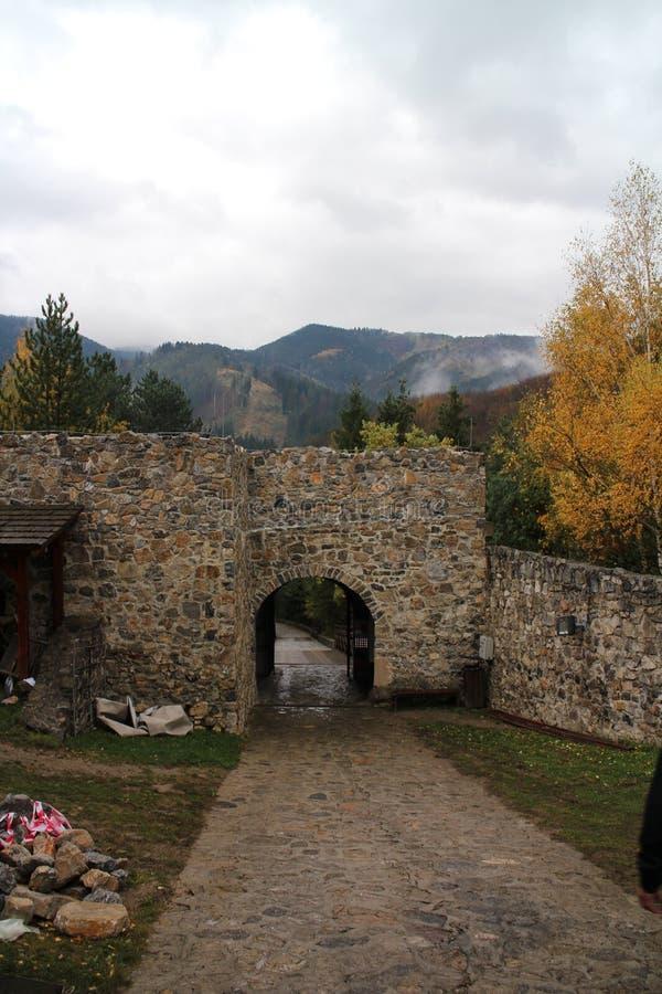 Entrée au  de StreÄ aucun château dans la région d'ilina de ½ de Å image stock