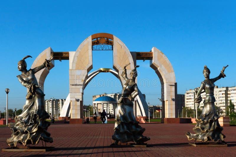 Entrée au Central Park de la ville d'Aktobe au coucher du soleil image libre de droits
