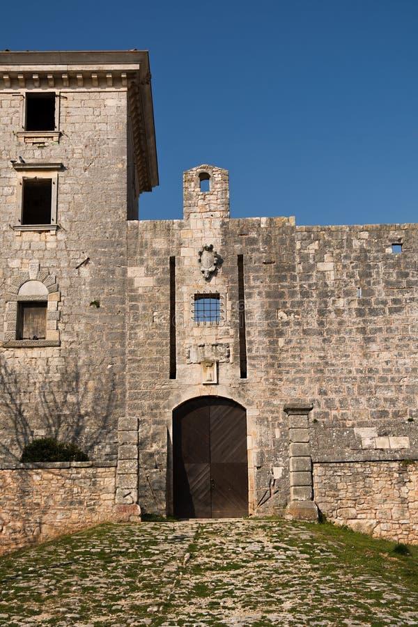 Entrée au château dans Svetvincenat, Croatie image stock
