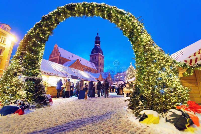 Entrée au marché de Noël à Riga photo libre de droits