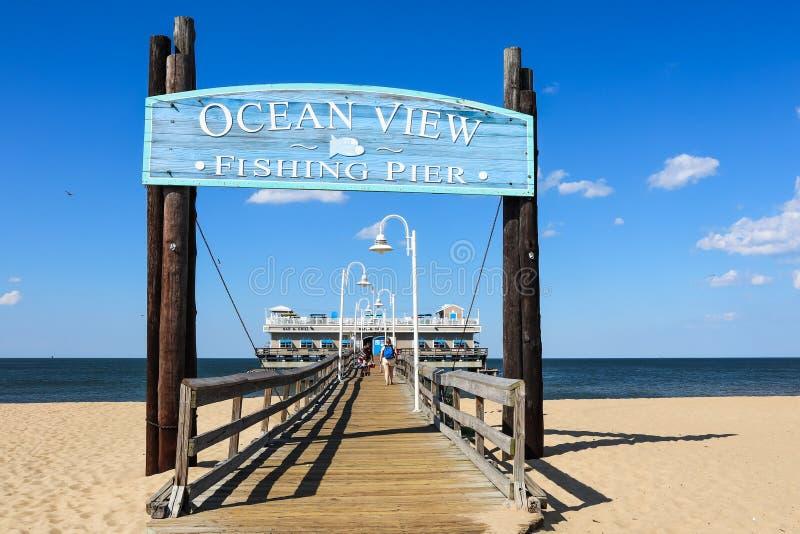 Entrée au pilier de pêche de vue d'océan en Norfolk, VA photographie stock libre de droits