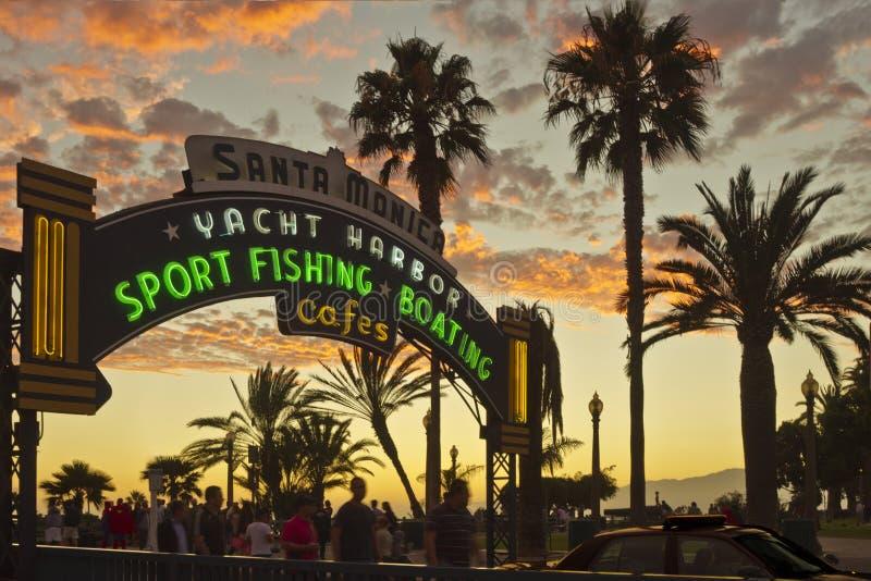 Entrée au pilier de Santa Monica au coucher du soleil photographie stock
