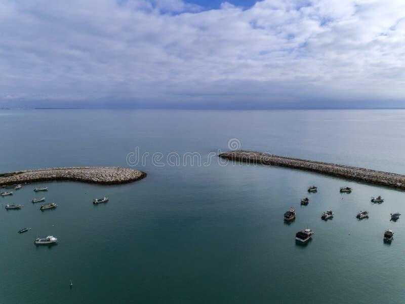 Entrée au port maritime de port de pêche dans Albufeira Algarve photos libres de droits