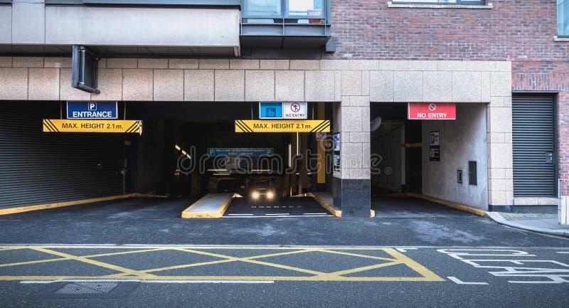 Entrée au stationnement souterrain à Dublin, Irlande photos stock