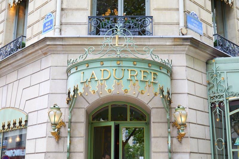 Entr?e c?l?bre de magasin de confiserie de Laduree dans Champs-Elysees ? Paris, France images stock
