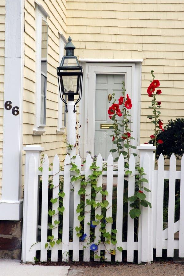 Download Entrée coloniale de maison photo stock. Image du rouge, résidentiel - 81188