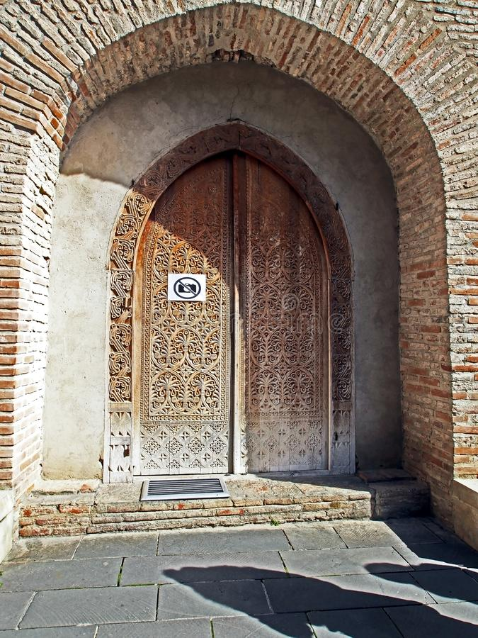 Entrée découpée de porte à l'église de St George dans Bodbe images stock
