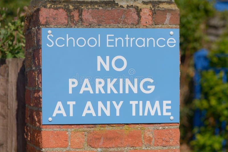 Entrée d'école - de stationnement interdit signe à tout moment images libres de droits