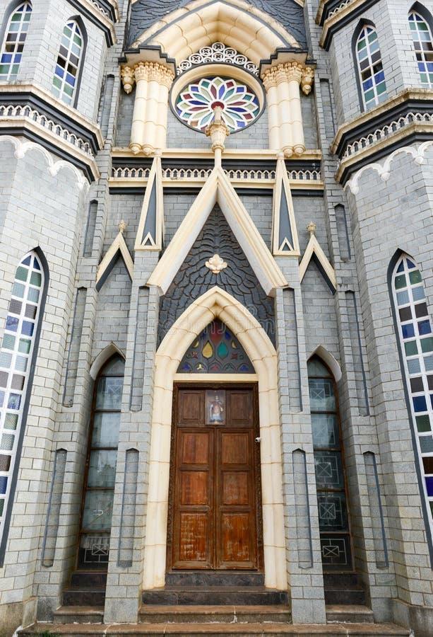 Entrée d'église catholique en Asie images stock