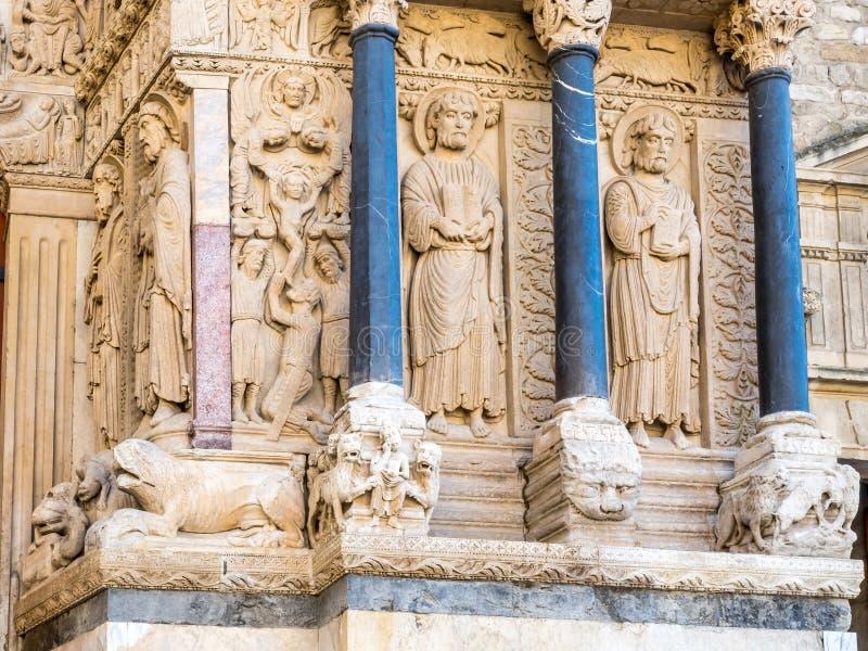 Entrée d'église de StTrophime dans Arles, France photo libre de droits