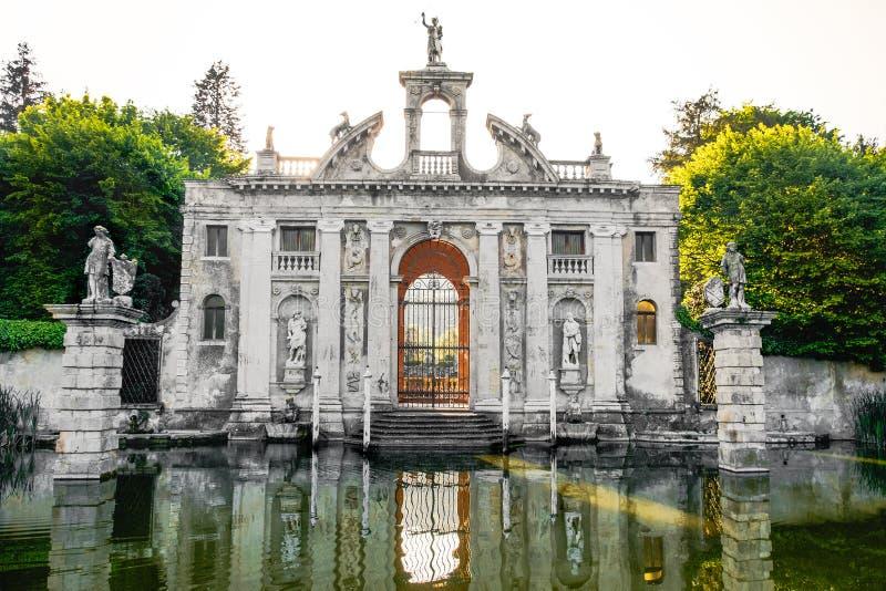 Entrée d'étang d'eau de porte de jardin de Valsanzibio des collines euganean de Barbarigo de villa photos libres de droits