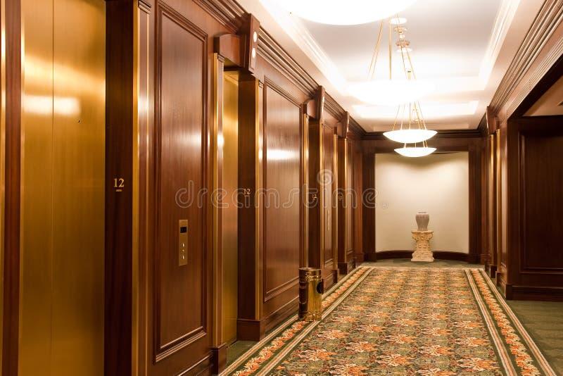 Entrée d'ascenseur et éclairage moderne photographie stock