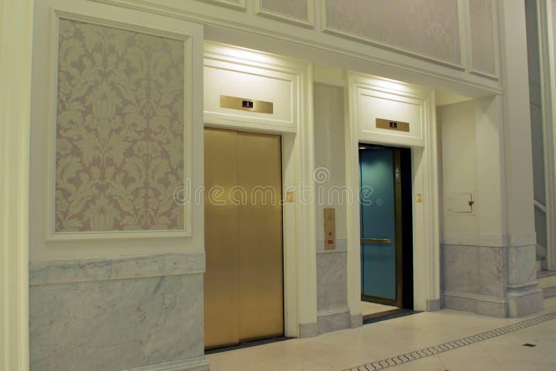 entrée d'ascenseurs photo libre de droits