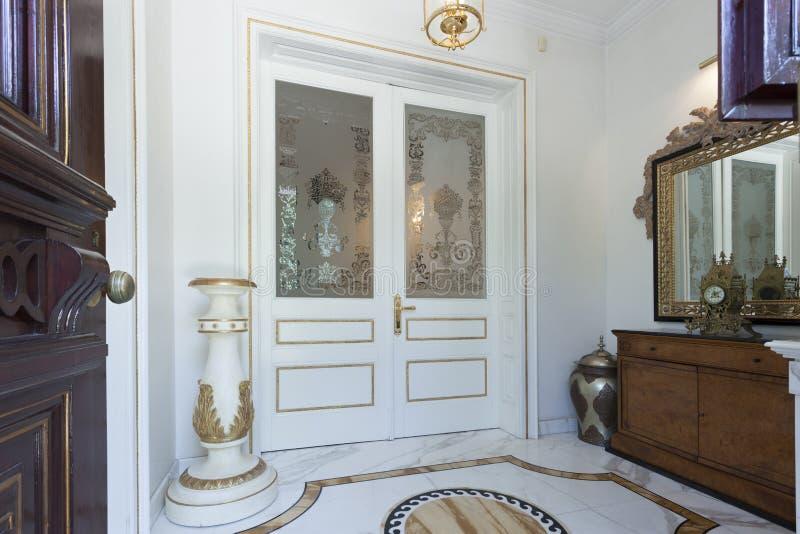 Download Entrée d'hôtel de luxe photo stock. Image du contemporain - 45370670