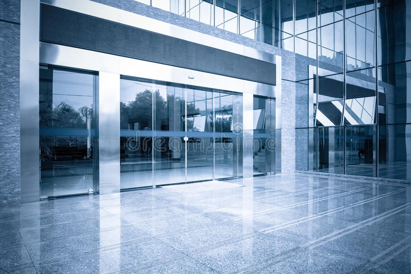 Entrée d'immeuble de bureaux et porte en verre automatique photos stock