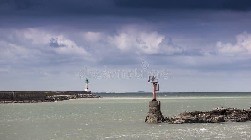 Entrée d'un port avant la tempête, la Bretagne, France photographie stock libre de droits