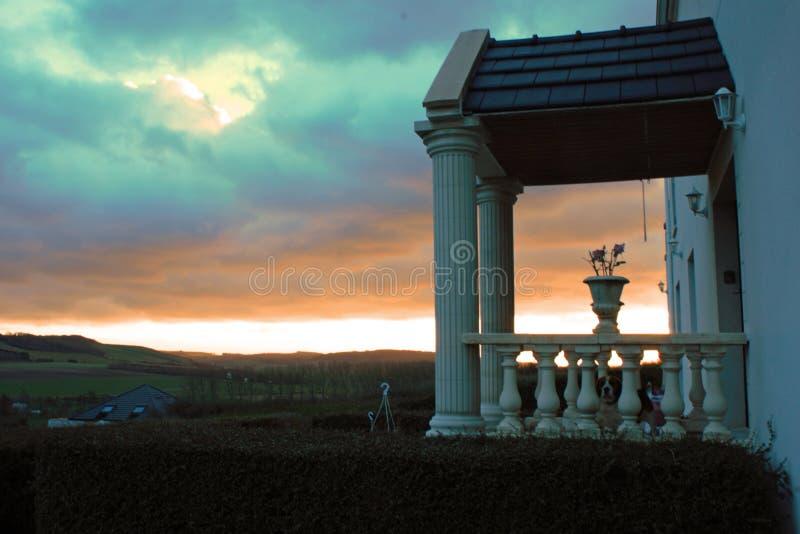 Entrée d'un vieux landhouse dans le Tournehem-sur-La-bord, France avec le coucher du soleil à l'arrière-plan image stock