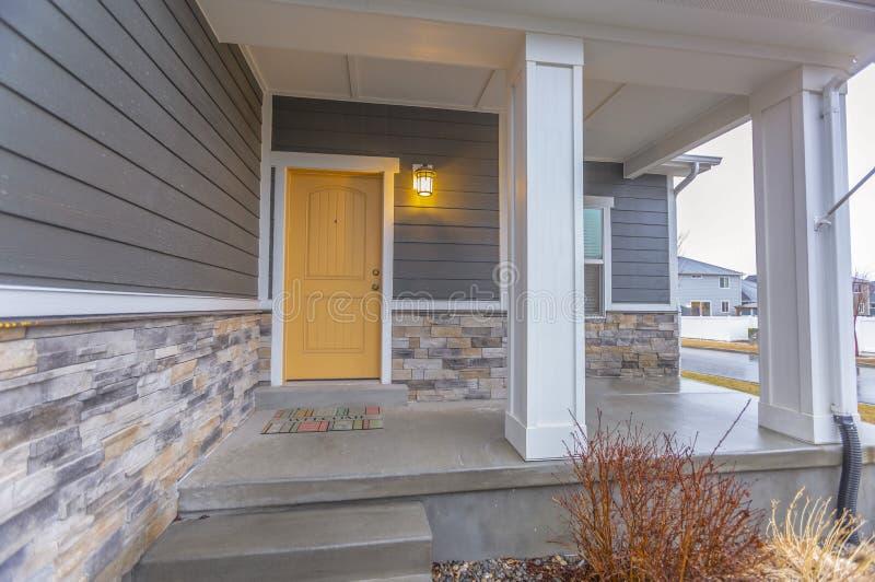 Entr?e d'une maison avec des escaliers montant au perron et ? la porte image stock
