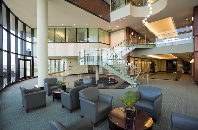 Entrée dans l'immeuble de bureaux moderne image libre de droits