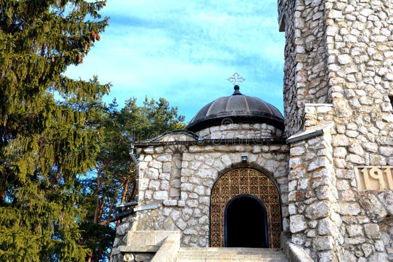 Entrée dans le mausolée des héros dans Mateias, près de Campulung photographie stock