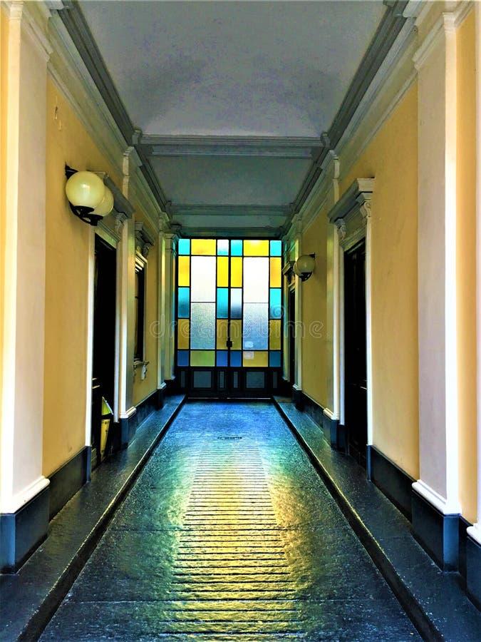 Entrée de bâtiment de cru, beauté, mode, conception intérieure et conte de fées dans la ville de Turin, Italie image stock