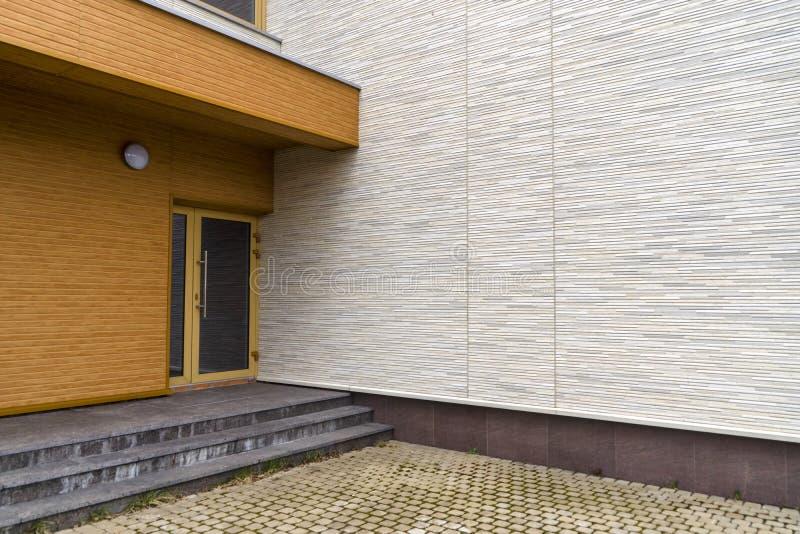 Entrée de bâtiment et conception modernes de porche photographie stock