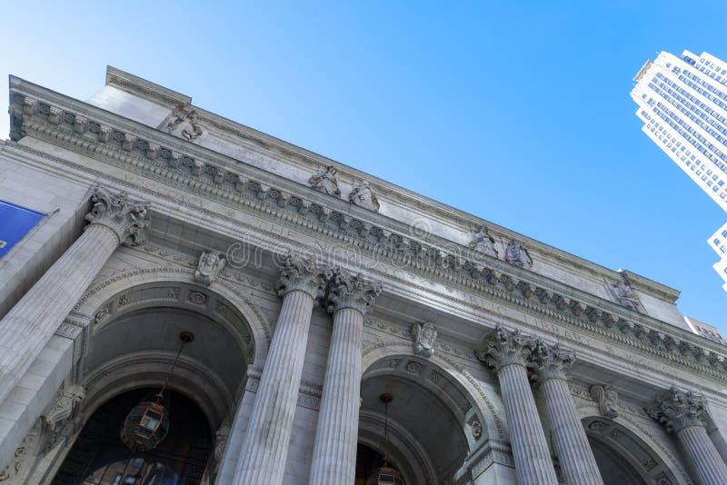 Entrée de bibliothèque publique de New York City à Manhattan images libres de droits