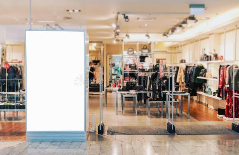 Entrée de boutique de vêtements avec la maquette vide de panneau d'affichage image stock