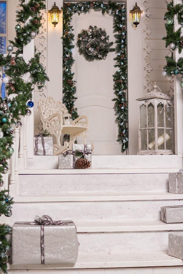 Entrée de Chambre décorée pendant des vacances Décoration de Noël guirlande des branches et des lumières d'arbre de sapin sur la  image libre de droits