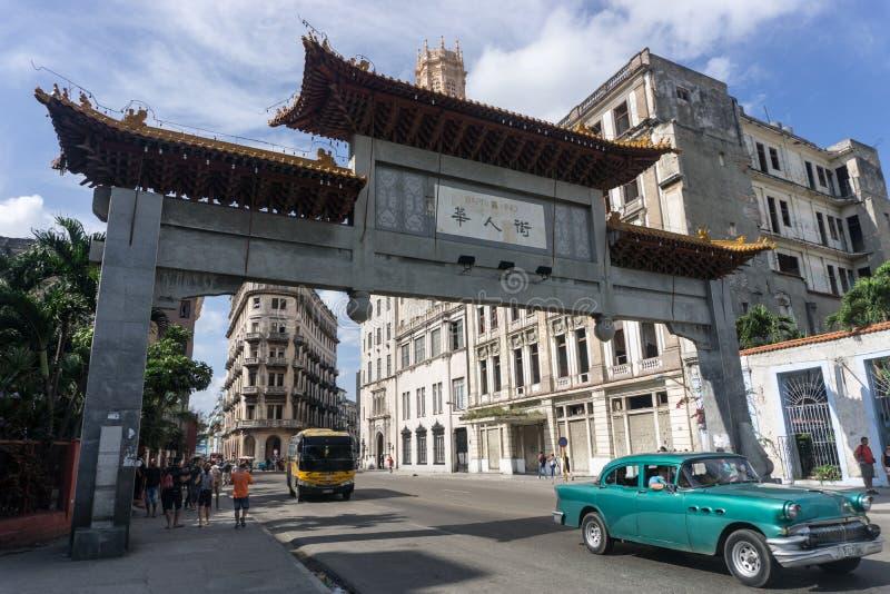 Entrée de Chinatown le jour ensoleillé en La La Havane, Cuba image libre de droits