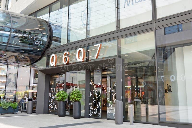 """Entrée de du grand centre commercial moderne appelé le """"Q6 Q7 """"dans la ville de Mannheim photos libres de droits"""