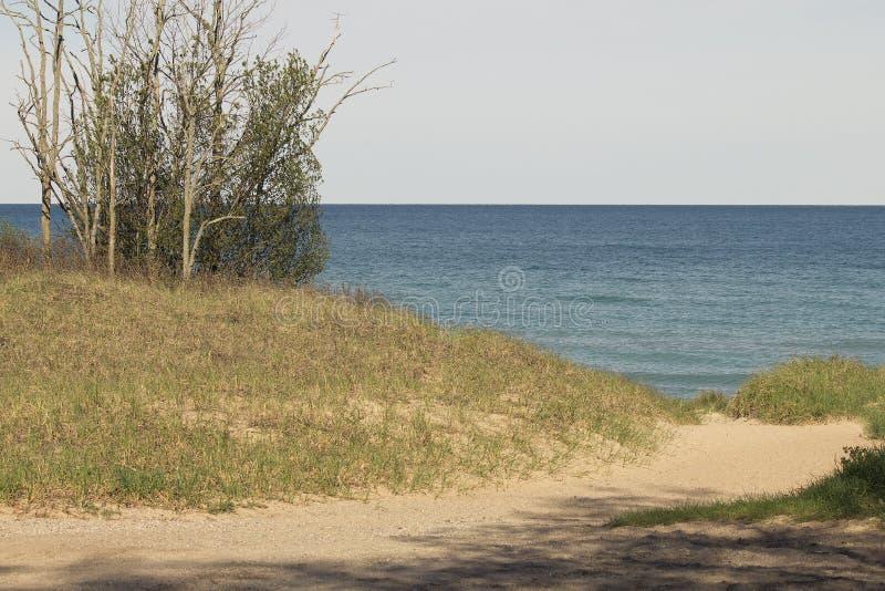 Entrée de dunes du lac Michigan à l'eau sur les WI ensoleillés de matin de ressort image libre de droits
