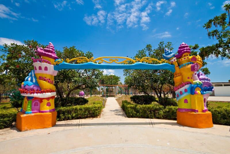 Entrée de fantaisie à un parc à thème d'enfants photographie stock libre de droits