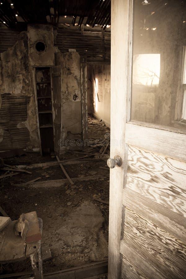 Entrée de la salle abandonnée photographie stock libre de droits