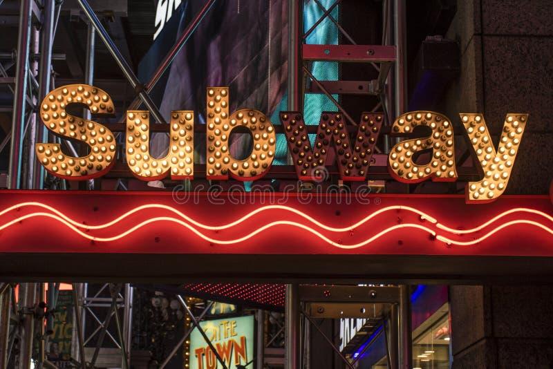 Entrée de la station de métro à la quarante-deuxième rue et au Times Square la nuit, Manhattan, New York City images libres de droits
