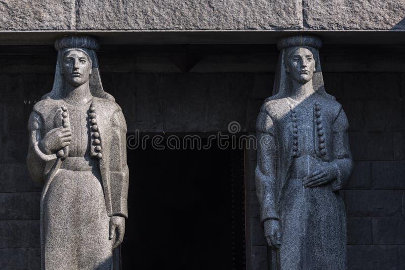 Entrée de mausolée de Njegusi en parc national de Lovcen encadré par les statues en pierre, Albanie photo libre de droits