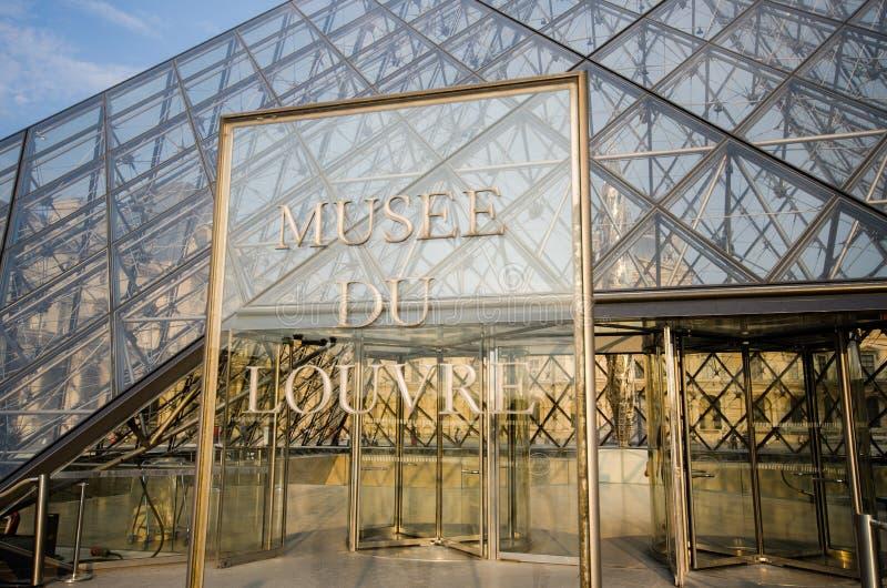 Entrée de musée de Louvre photos stock